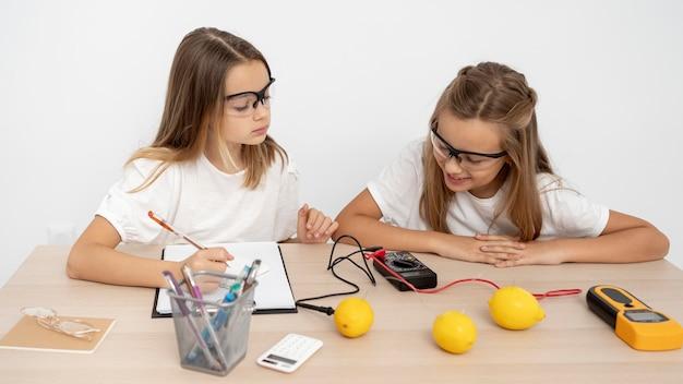 Dos chicas haciendo experimentos científicos.