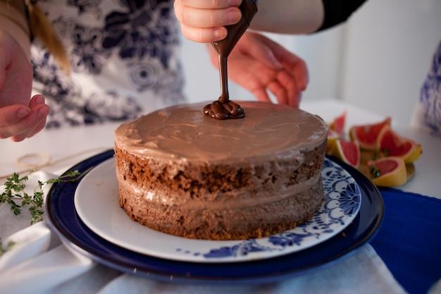 Dos chicas haciendo un pastel en la cocina