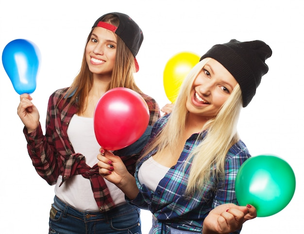 Dos chicas hipster felices sonriendo