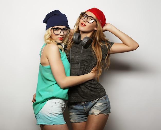 Dos chicas hipster jóvenes mejores amigas