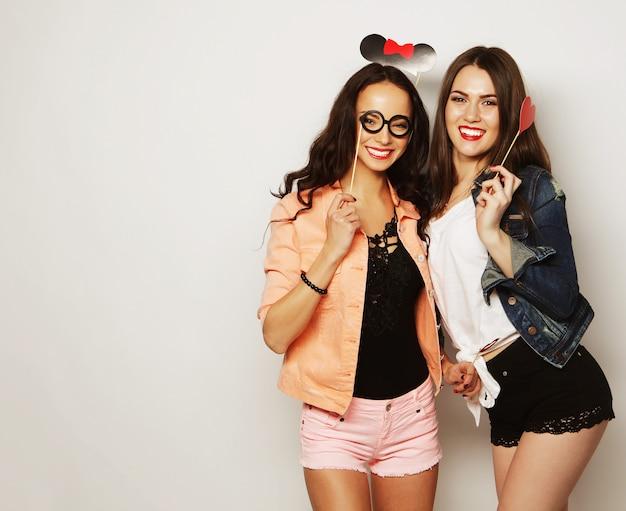 Dos chicas hipster sexy con estilo mejores amigos listas para la fiesta