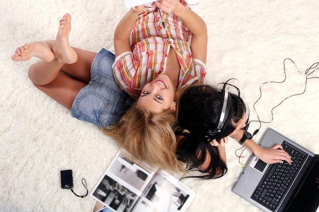 Dos chicas jóvenes en casa