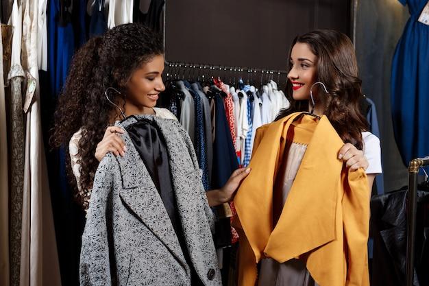 Dos chicas jóvenes y hermosas de compras en el centro comercial.