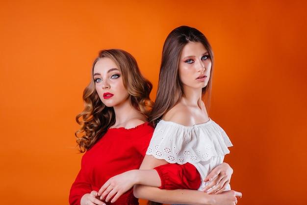 Dos chicas jóvenes y hermosas posando