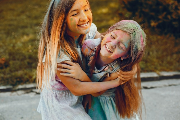 Dos chicas lindas se divierten en un parque de verano
