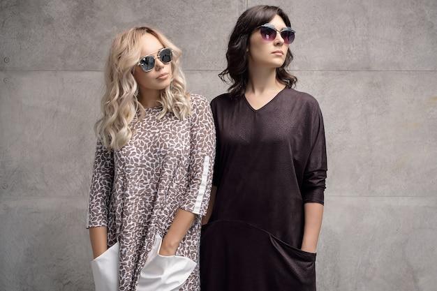 Dos chicas de moda con gafas de sol