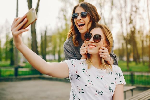 Dos chicas en un parque de verano