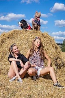Dos chicas con perros