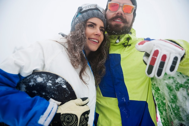 Dos chicos con tablas de snowboard durante las vacaciones de invierno