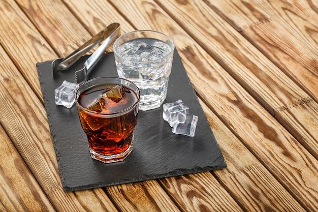 Dos cócteles alcohólicos con hielo.