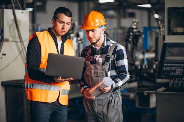 Dos colegas en una fábrica.