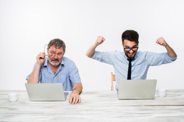 Los dos colegas que trabajan juntos en la oficina