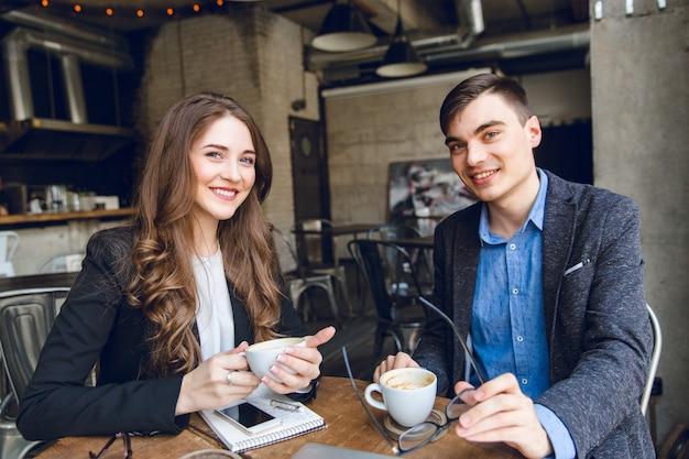 Dos colegas se sientan en un café