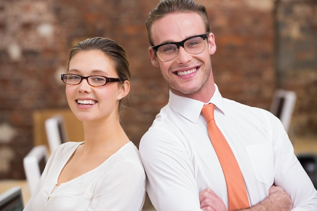 Dos colegas sonrientes en la oficina