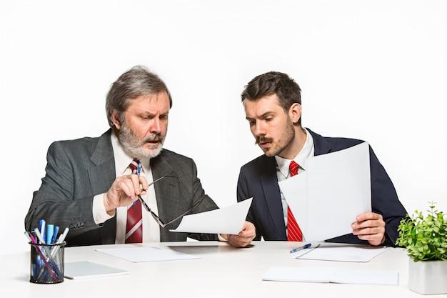 Los dos colegas trabajando juntos en la oficina.