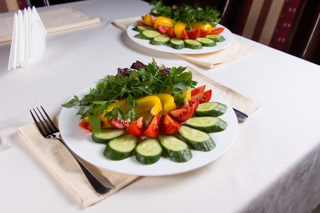 Dos coloridas ensaladas en cubiertos en la mesa del restaurante