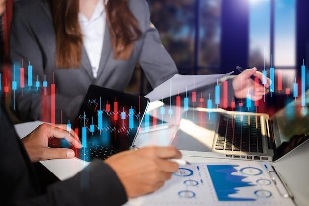 Dos comerciantes de acciones que realizan análisis del mercado digital y la inversión en moneda criptográfica de cadena de bloques. comercio de acciones
