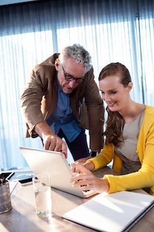 Dos compañeros de trabajo trabajando en una tableta