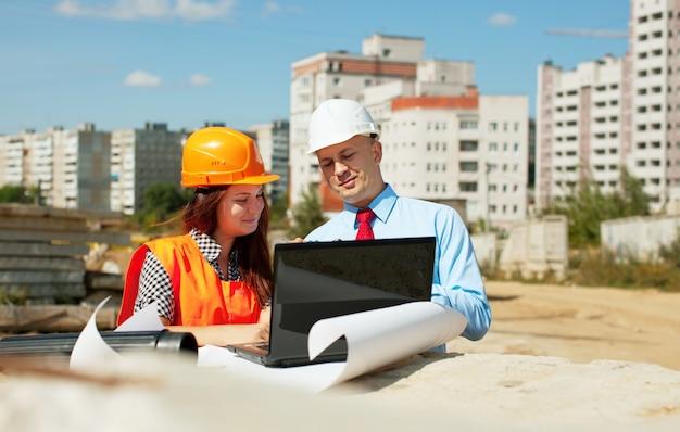 Dos constructores trabajan en el sitio de construcción