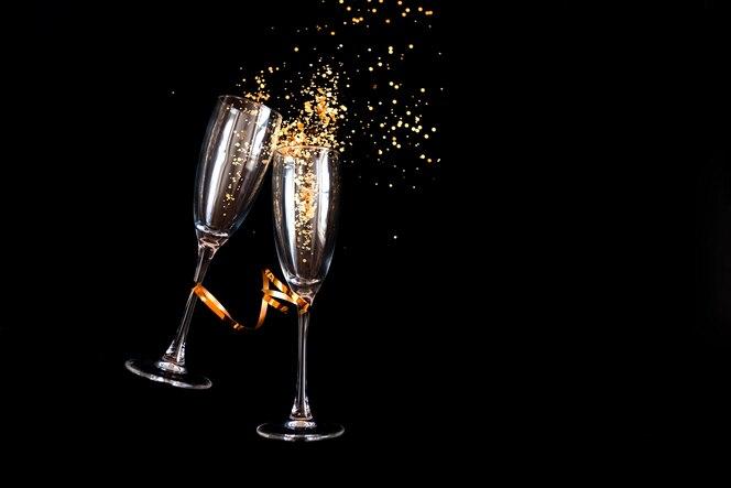 Dos copas de champán con brillo dorado
