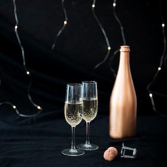 Dos copas de champán en la mesa