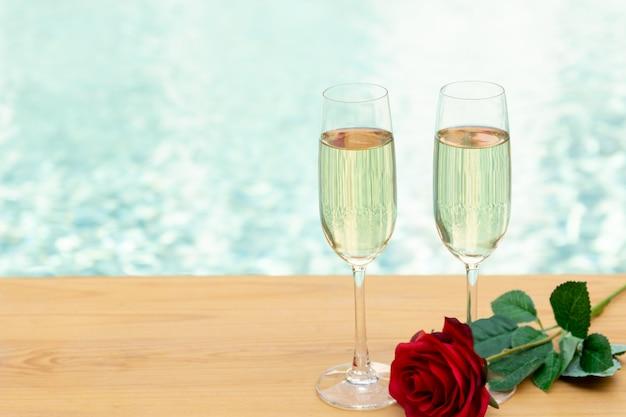 Dos copas de champán vacías