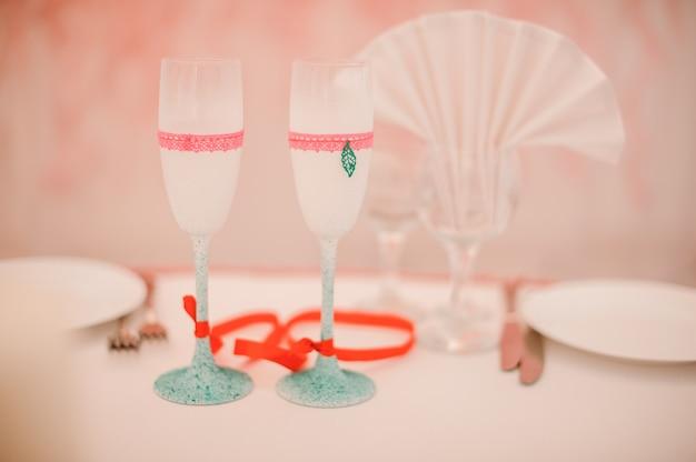 Dos copas de champaña decoradas para la ceremonia de la boda.