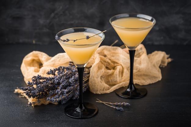 Dos copas con un cóctel de martini.
