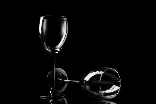 Dos copas en el fondo oscuro