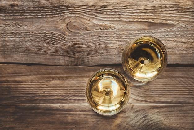 Dos copas de vino blanco