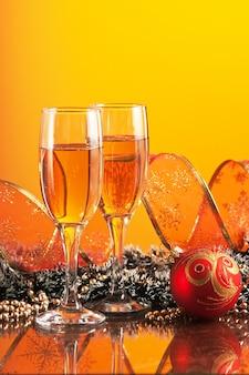 Dos copas de vino y decoración navideña