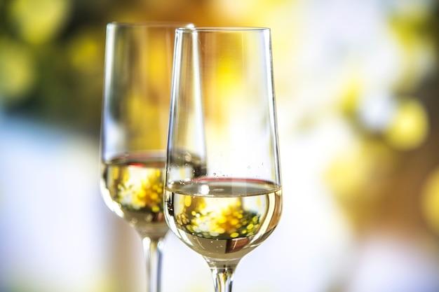 Dos copas de vino espumoso.