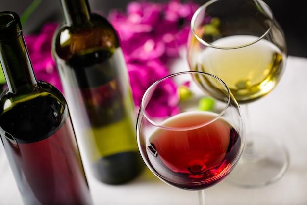 Dos copas de vino tinto y blanco, vista cercana