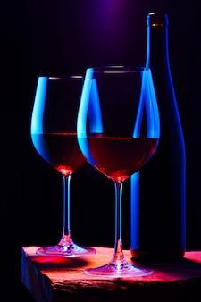 Dos copas de vino tinto con botella