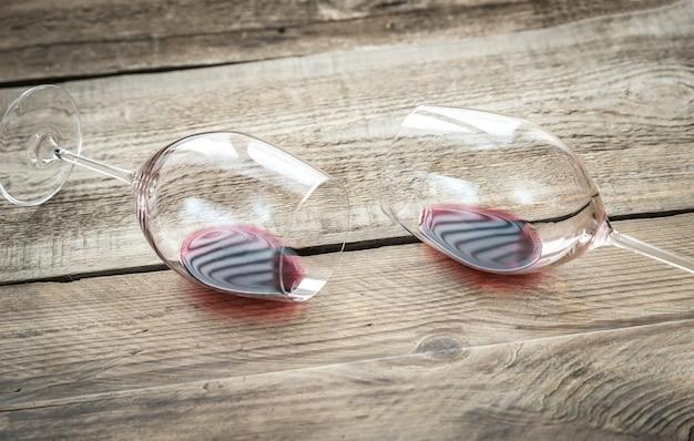 Dos copas con vino tinto