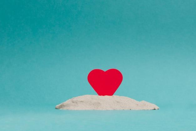 Dos corazones rojos sobre fondo azul