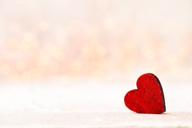 Dos corazones. tarjeta de felicitación del día de san valentín con fondo bokeh.