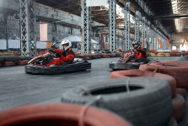 Dos corredores de karts entra en la curva, vista frontal