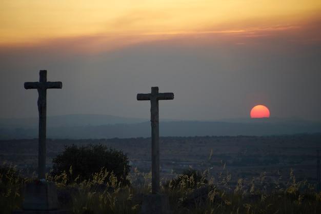 Dos cruces mirando la puesta de sol