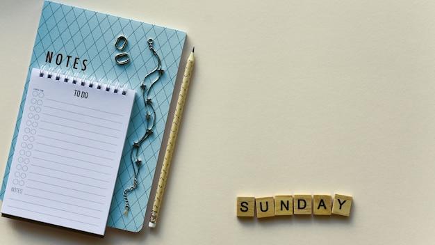 Dos cuadernos con lápiz y palabra de madera