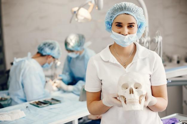Dos dintistas trabajando con un paciente.