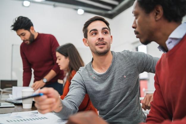 Dos diseñadores creativos que trabajan juntos en un proyecto y comparten nuevas ideas sobre el lugar de trabajo. concepto de negocio y trabajo en equipo.