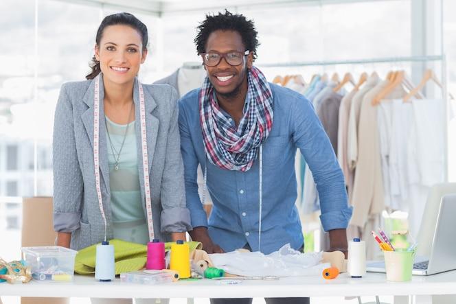 Dos diseñadores de moda sonriendo