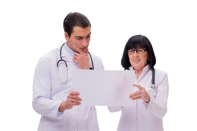Dos doctores aislados en el fondo blanco