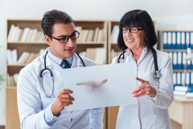 Dos doctores trabajando en el laboratorio
