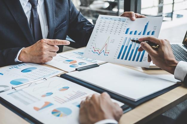 Dos ejecutivos discutiendo el crecimiento de la empresa éxito del proyecto estadísticas financieras