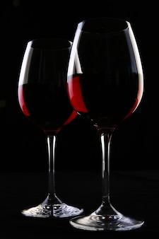 Dos elegantes copas con vino