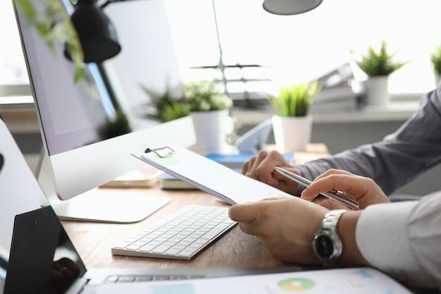 Dos empleados sentados en el escritorio con una computadora