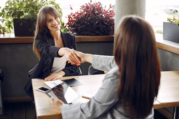Dos empresarias trabajando en una cafetería