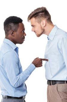 Dos empresario discutiendo